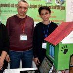 Deux lycéens inventent une niche chauffée à l'énergie solaire pour sauver les chiens et les chats errants du froid de l'hiver